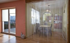 Zasłony sznurkowe w salonie