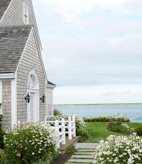 Dom położony nad malowniczym wybrzeżem