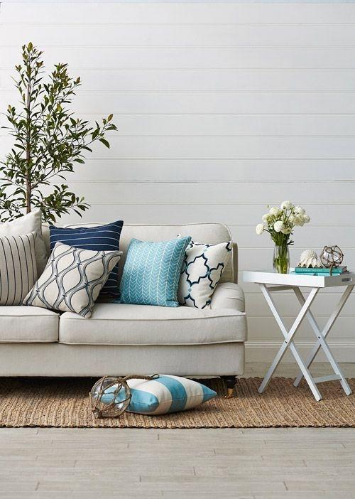 Jasna sofa z poduszkami