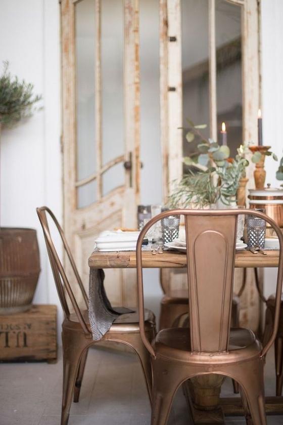 miedziane krzesła